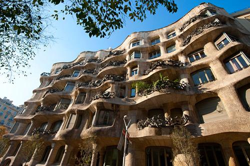 Поехать в Барселону и насладиться шедеврами Антони Гауди