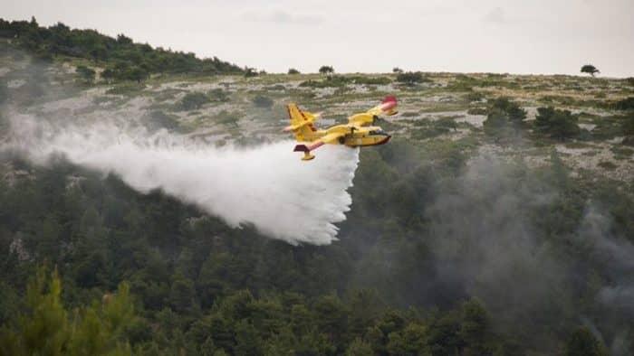 Сотни туристов в Хорватии эвакуированы из-за лесных пожаров
