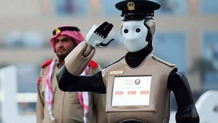 В Дубае появился первый робот-полицейский для защиты граждан