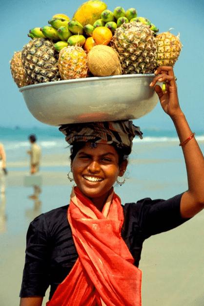 Девушка с фруктами на пляжу