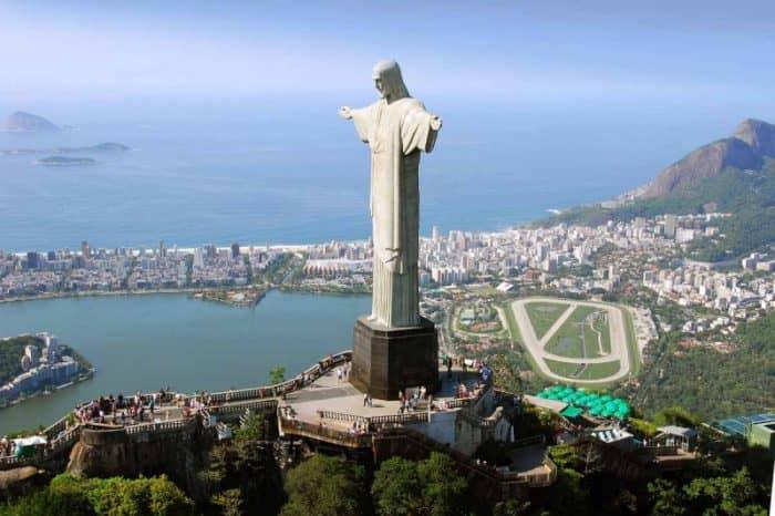 Вид_с_воздуха_на_Христа_Искупителя_в_Рио-де-Жанейро,_Бразилия